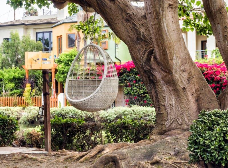Κανάλια της Βενετίας, άνετος κήπος με την ωοειδή καρέκλα ταλάντευσης που κρεμά τρία - παραλία της Βενετίας, Λος Άντζελες, Καλιφόρ στοκ φωτογραφία