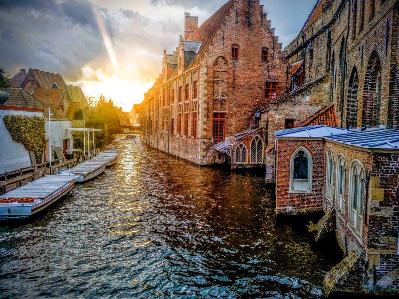 Κανάλια της μεσαιωνικής πόλης του Μπρυζ που χρησιμοποιεί τις χαρακτηριστικές βάρκες πέρα από τα κανάλια στο Βέλγιο στοκ εικόνες με δικαίωμα ελεύθερης χρήσης