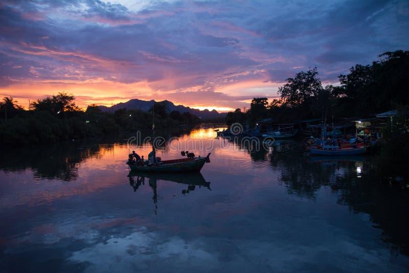 Κανάλια της Ταϊλάνδης πριν από τη νύχτα, όμορφο λυκόφως στη σκηνή στοκ εικόνες