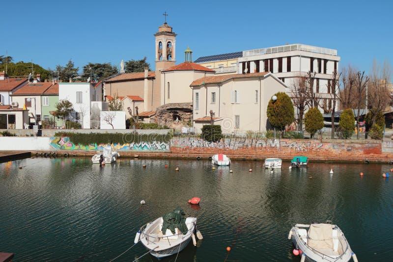 Κανάλι και Ρωμαιοκαθολική εκκλησία πόλεων στην ξηρά SAN Giuliano, Rimini, Ιταλία στοκ φωτογραφία με δικαίωμα ελεύθερης χρήσης