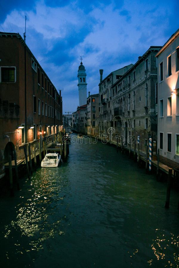 Κανάλι της Βενετίας τη νύχτα με τα φωτίζοντας σπίτια και το κανάλι φωτεινών σηματοδοτών στοκ εικόνες