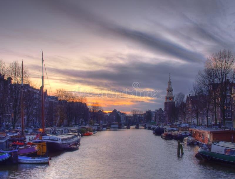Κανάλι Amstel του Άμστερνταμ με τα χαρακτηριστικά ολλανδικά σπίτια και houseboat από τη βάρκα το βράδυ, Ολλανδία, Κάτω Χώρες στοκ φωτογραφία με δικαίωμα ελεύθερης χρήσης