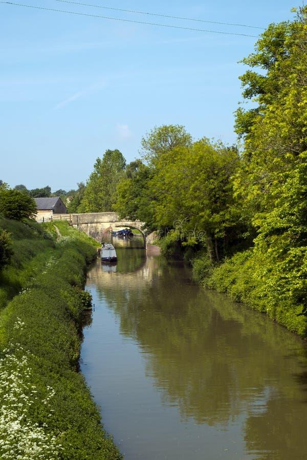 Κανάλι Kennet και Avon καθώς διέρχεται από την πόλη Αποκλιζ, Wiltshire, Αγγλία στοκ φωτογραφία με δικαίωμα ελεύθερης χρήσης