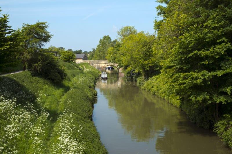 Κανάλι Kennet και Avon καθώς διέρχεται από την πόλη Αποκλιζ, Wiltshire, Αγγλία στοκ φωτογραφίες
