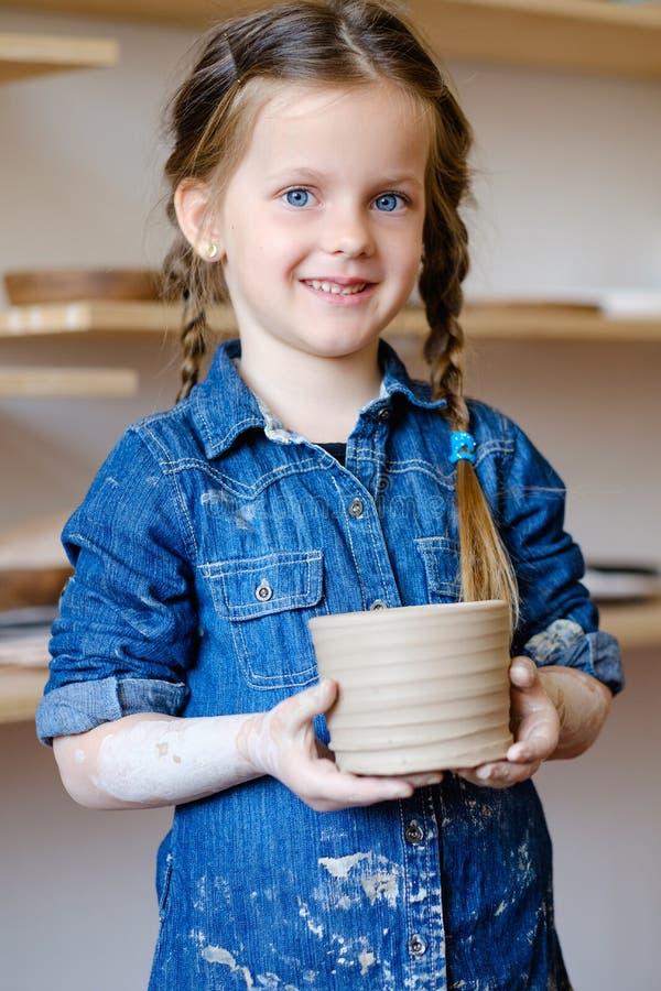 Κανάτα αργίλου κοριτσιών τέχνης ελεύθερου χρόνου αγγειοπλαστικής χόμπι παιδιών στοκ φωτογραφίες