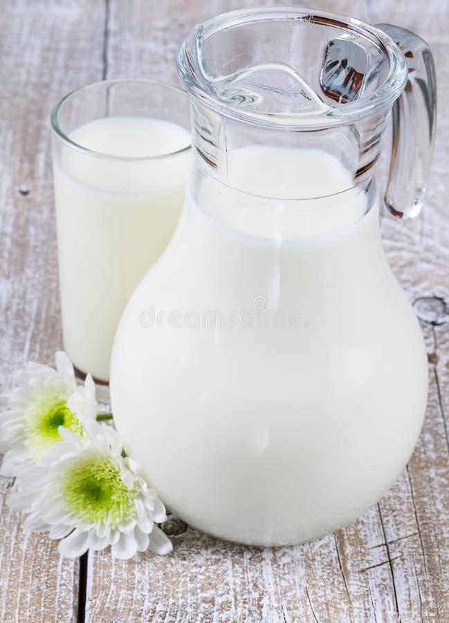Κανάτα και ποτήρι του γάλακτος στοκ φωτογραφία με δικαίωμα ελεύθερης χρήσης