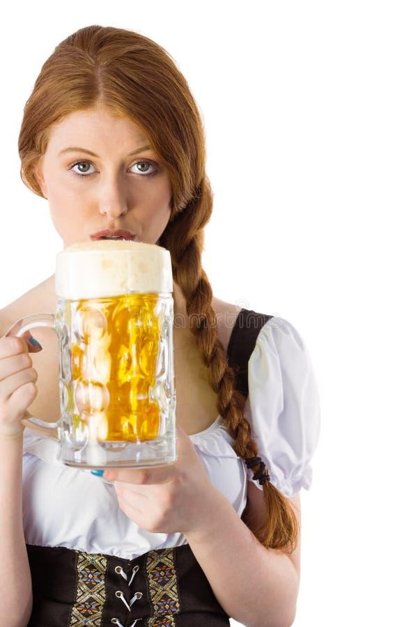 Κανάτα κατανάλωσης κοριτσιών Oktoberfest της μπύρας στοκ φωτογραφία με δικαίωμα ελεύθερης χρήσης