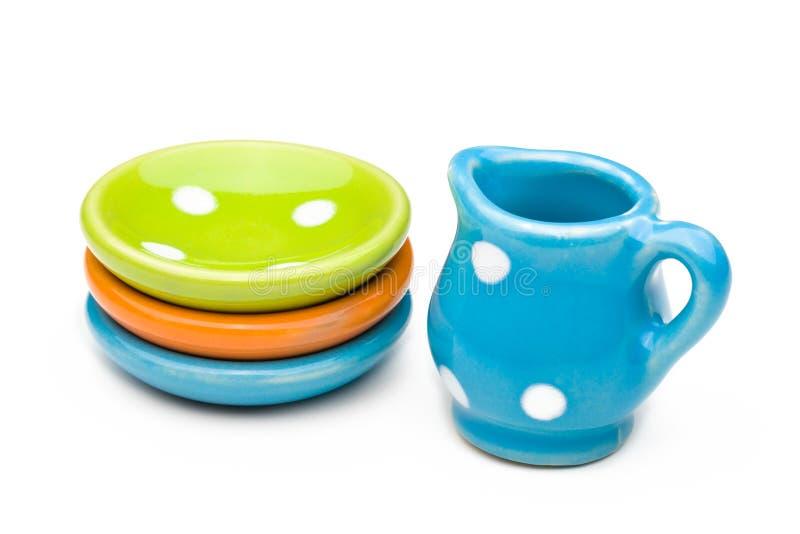 Κανάτα παιχνιδιών και τρία πιάτα στοκ φωτογραφία