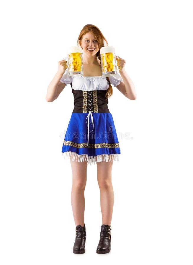 Κανάτες εκμετάλλευσης κοριτσιών Oktoberfest της μπύρας στοκ εικόνες