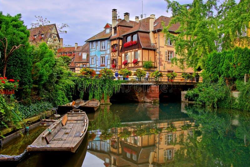 Κανάλια με τις αντανακλάσεις στη Colmar, Αλσατία, Γαλλία στοκ εικόνες