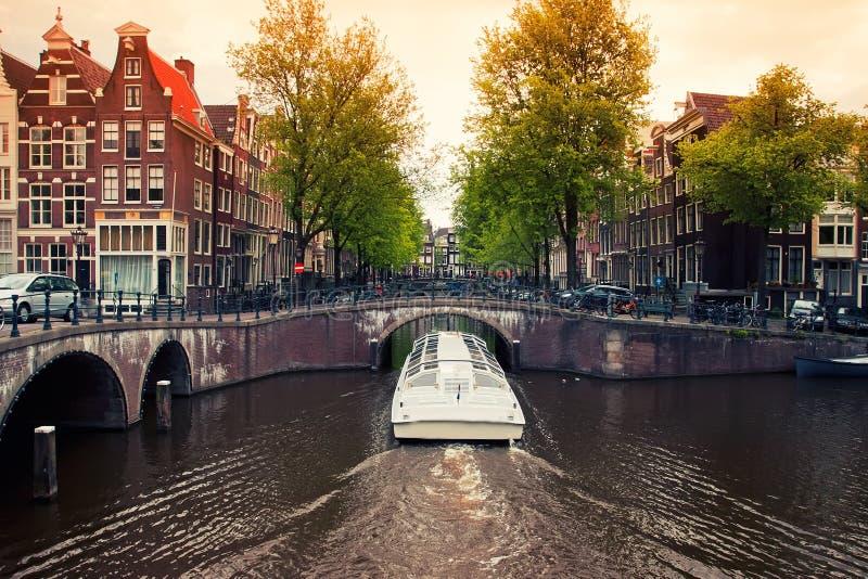 Κανάλια του Άμστερνταμ με τη βάρκα στοκ εικόνα με δικαίωμα ελεύθερης χρήσης