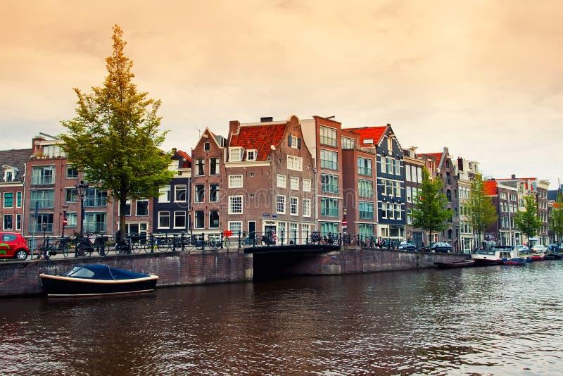 Κανάλια του Άμστερνταμ με τη βάρκα στοκ εικόνες