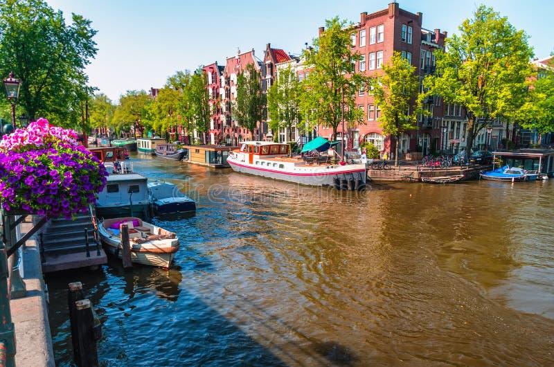 κανάλι του Άμστερνταμ Το Άμστερνταμ είναι το κύριο και δημοφιλέστερο CI στοκ εικόνες με δικαίωμα ελεύθερης χρήσης