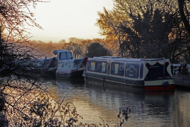 Κανάλι του Τσέστερφιλντ, Clayworth, στενές βάρκες, παγωμένο πρωί στοκ εικόνες