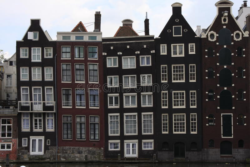 Κανάλι Singel του Άμστερνταμ με τα χαρακτηριστικά ολλανδικά σπίτια και houseboats κατά τη διάρκεια της μπλε ώρας πρωινού, Ολλανδί στοκ εικόνα με δικαίωμα ελεύθερης χρήσης
