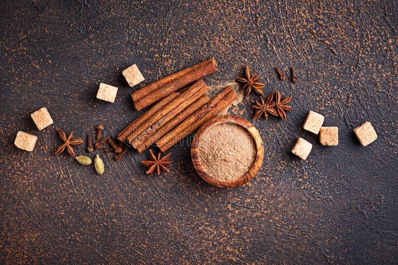Κανέλα, γλυκάνισο, καρδάμωμο, τριφύλλι και ζάχαρη στοκ φωτογραφία με δικαίωμα ελεύθερης χρήσης