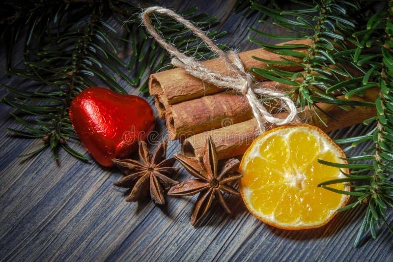 Κανέλα, διαμορφωμένα καρδιά λεμόνι σοκολάτας και γλυκάνισο στοκ εικόνες με δικαίωμα ελεύθερης χρήσης
