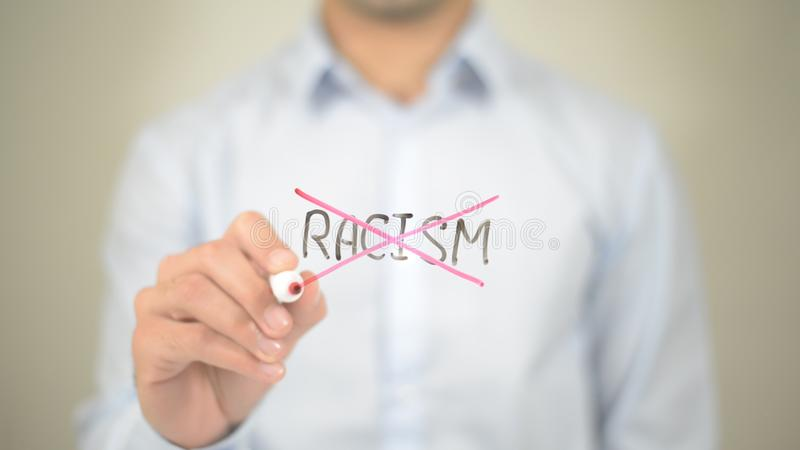 Κανένας ρατσισμός, άτομο που γράφει στη διαφανή οθόνη στοκ εικόνα με δικαίωμα ελεύθερης χρήσης