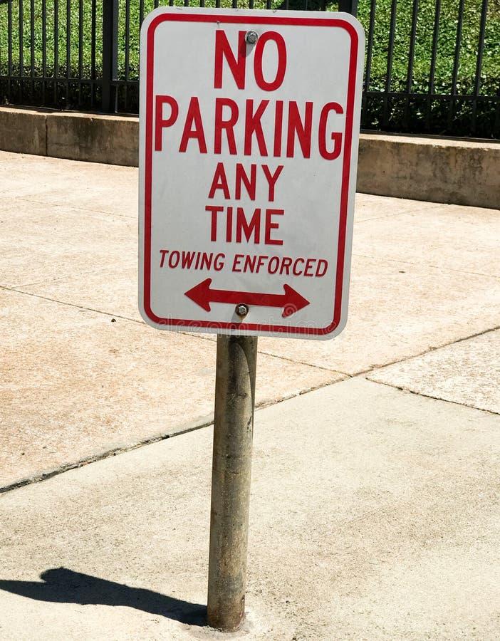 Κανένας χώρος στάθμευσης οποτεδήποτε, που ρυμουλκεί το επιβεβλημένο σημάδι μπροστά από ένα κυβερνητικό κτήριο στοκ φωτογραφία με δικαίωμα ελεύθερης χρήσης