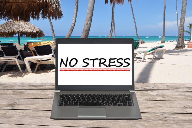 Κανένα κείμενο πίεσης με το σημειωματάριο σε μια παραλία στοκ φωτογραφία
