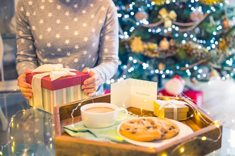 Κανένα νέο κιβώτιο χριστουγεννιάτικου δώρου ανοίγματος γυναικών προσώπου με το θολωμένο ξύλινο δίσκο με το εορταστικό κακάο προγε στοκ εικόνα με δικαίωμα ελεύθερης χρήσης