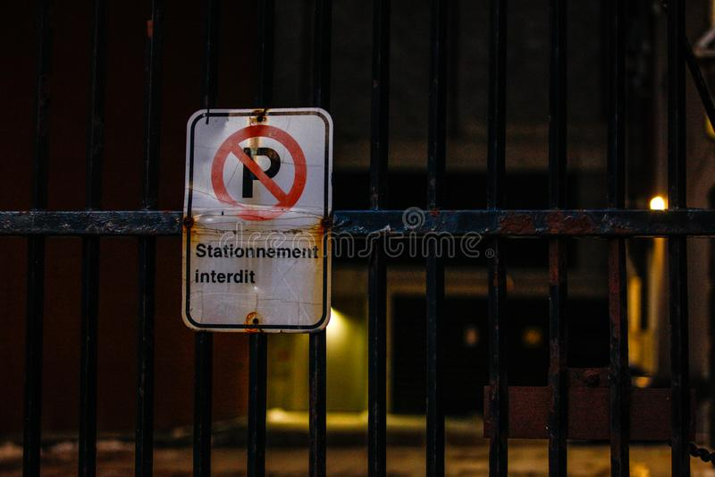 Κανένα οδικό σημάδι χώρων στάθμευσης τη νύχτα στοκ φωτογραφίες