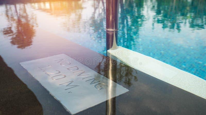 Κανένα σημάδι κατάδυσης στην ένδειξη πισινών/βάθους πισινών στην πλευρά λιμνών στοκ φωτογραφία με δικαίωμα ελεύθερης χρήσης