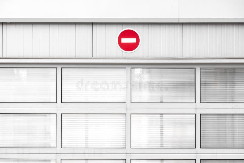 Κανένα σημάδι κυκλοφορίας εισόδων στον γκρίζο βιομηχανικό τοίχο στοκ φωτογραφία με δικαίωμα ελεύθερης χρήσης