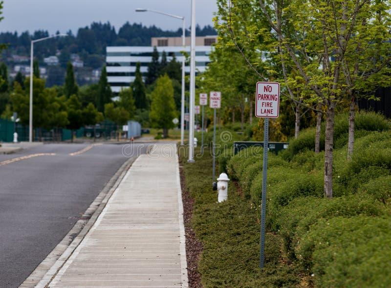 Κανένα σημάδι παρόδων πυρκαγιάς χώρων στάθμευσης δίπλα σε ένα στόμιο υδροληψίας στοκ φωτογραφία με δικαίωμα ελεύθερης χρήσης