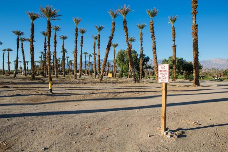 Κανένα σημάδι χώρων στάθμευσης με τους φοίνικες και το μπλε ουρανό στοκ φωτογραφίες με δικαίωμα ελεύθερης χρήσης