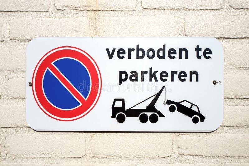 Κανένα σημάδι χώρων στάθμευσης που δείχνει ότι τα σταθμευμένα αυτοκίνητα θα είναι στοκ φωτογραφία με δικαίωμα ελεύθερης χρήσης