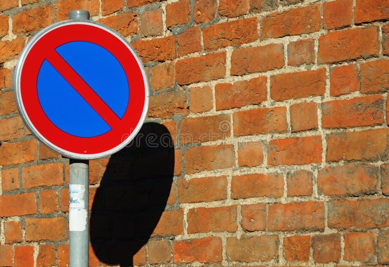 Download κανένα σημάδι χώρων στάθμευ&si Στοκ Εικόνα - εικόνα από τούβλου, χρώμα: 13175003