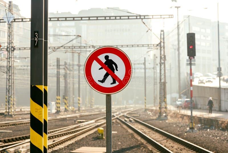 Κανένα σημάδι του σταυρού στην πλατφόρμα σιδηροδρόμου στοκ εικόνες