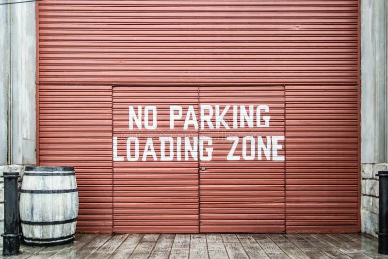 Κανένα σύστημα σηματοδότησης χώρων στάθμευσης και φόρτωσης στην πύλη μετάλλων στοκ εικόνες