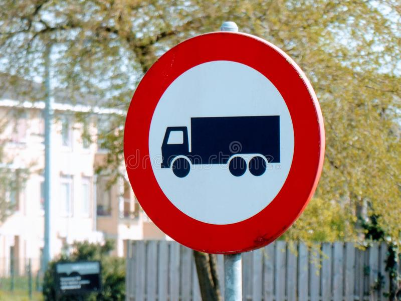 Κανένα φορτηγό, βαριά κυκλοφορία που επιτρέπεται Ολλανδικό σημάδι στοκ φωτογραφία με δικαίωμα ελεύθερης χρήσης