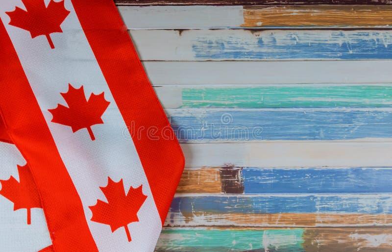 Καναδική κόκκινη και άσπρη σημαία στο σκοτεινό αγροτικό κλίμα για τον εορτασμό και τις εθνικές εορτές ημέρας του Καναδά στοκ εικόνα