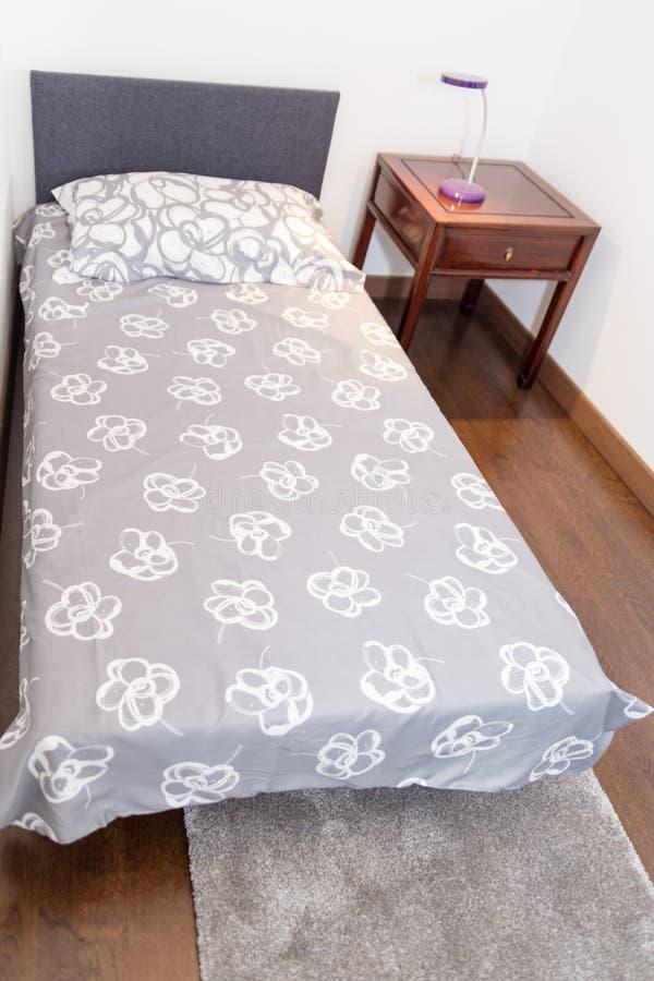 Καναπές σε ένα μικρό βοηθητικό δωμάτιο ως κρεβάτι ύπνου για τους φιλοξενουμένους στοκ φωτογραφία με δικαίωμα ελεύθερης χρήσης