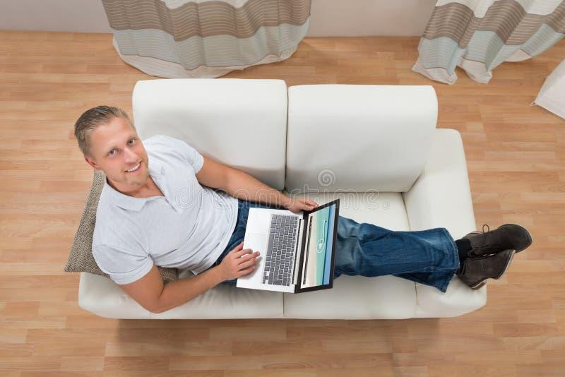 καναπές συνεδρίασης ατόμ&ome στοκ φωτογραφία με δικαίωμα ελεύθερης χρήσης
