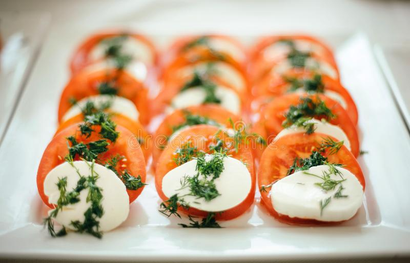 Καναπεδάκια ορεκτικών με την ντομάτα, το τυρί και άνηθος-2 κερασιών στοκ εικόνες