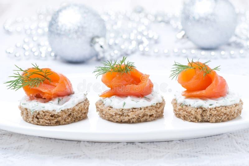Καναπεδάκια με το ψωμί σίκαλης, τυρί κρέμας, σολομός για τα Χριστούγεννα στοκ εικόνα με δικαίωμα ελεύθερης χρήσης