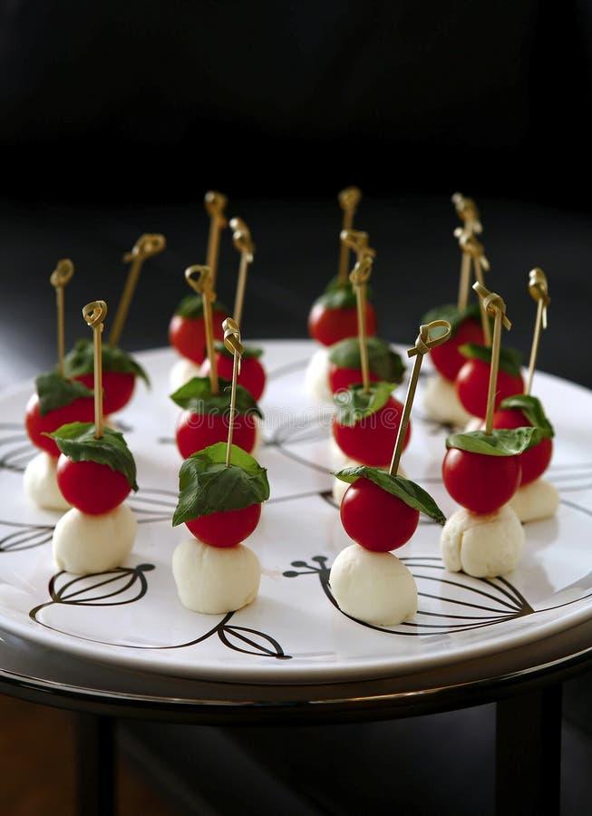 Καναπεδάκια τυριών με τις ντομάτες κερασιών στοκ εικόνες