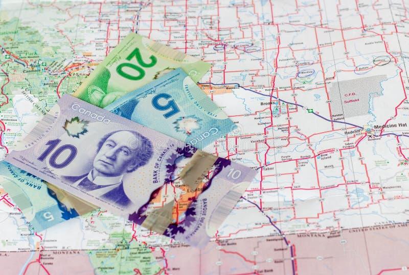 Καναδικά χρήματα με τον οδικό χάρτη στοκ εικόνα
