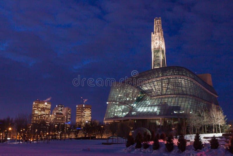 Καναδικό μουσείο των ανθρώπινων δικαιωμάτων τη νύχτα στοκ φωτογραφίες