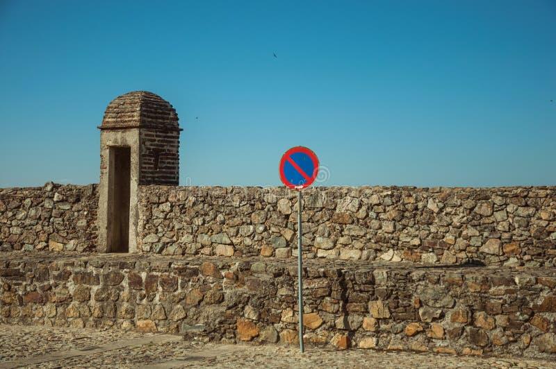 ΚΑΝΕΝΑ ΠΕΡΙΜΕΝΟΝΤΑΣ οδικό σημάδι μπροστά από τον τοίχο πετρών σε Marvao στοκ φωτογραφία με δικαίωμα ελεύθερης χρήσης