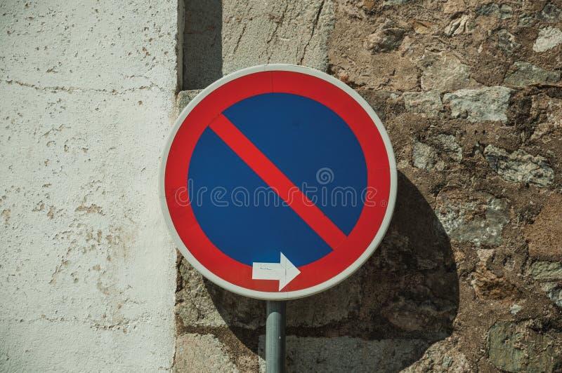 ΚΑΝΕΝΑ ΠΕΡΙΜΕΝΟΝΤΑΣ οδικό σημάδι μπροστά από τον τοίχο ασβεστοκονιάματος και πετρών σε Elvas στοκ εικόνα