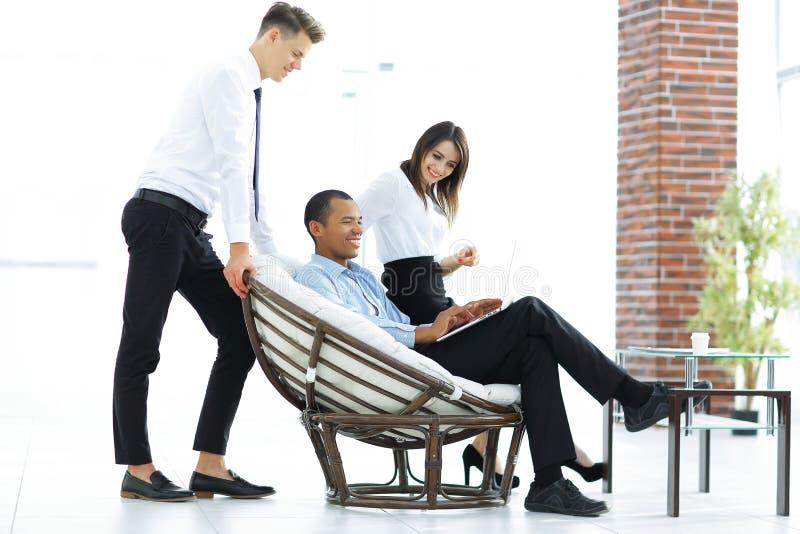 Κανονικοί πελάτης και υπάλληλοι σε ένα σύγχρονο γραφείο στοκ φωτογραφίες με δικαίωμα ελεύθερης χρήσης