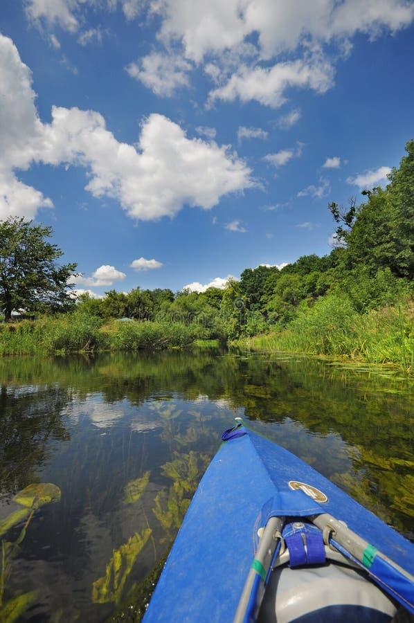 Κανό ανθρώπων στον ποταμό το καλοκαίρι Άποψη πρώτος-προσώπων στοκ φωτογραφίες