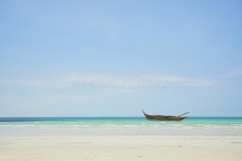 Κανό στην παραλία στοκ φωτογραφίες
