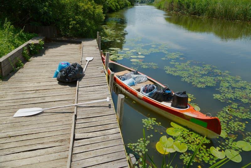 Κανό στην όχθη ποταμού στοκ εικόνες