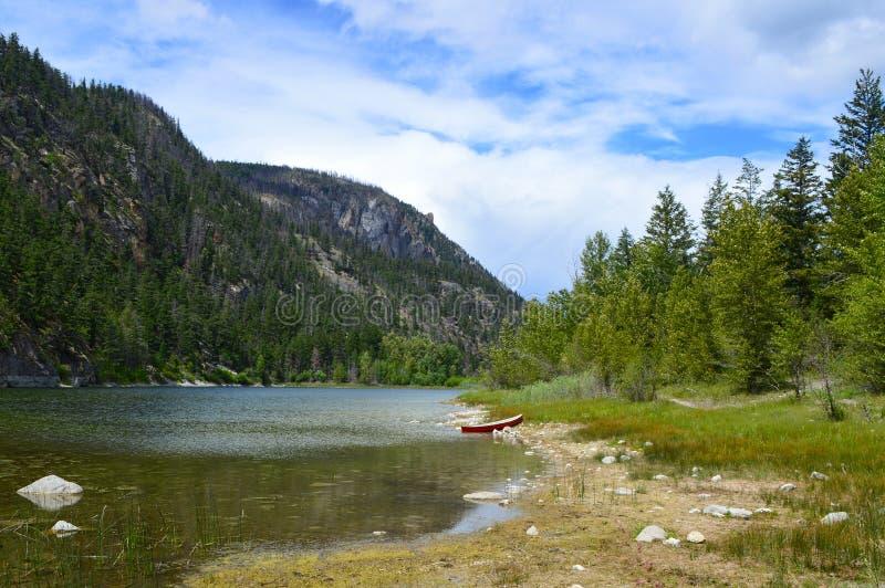 Κανό στην όχθη της λίμνης 02 στοκ φωτογραφίες